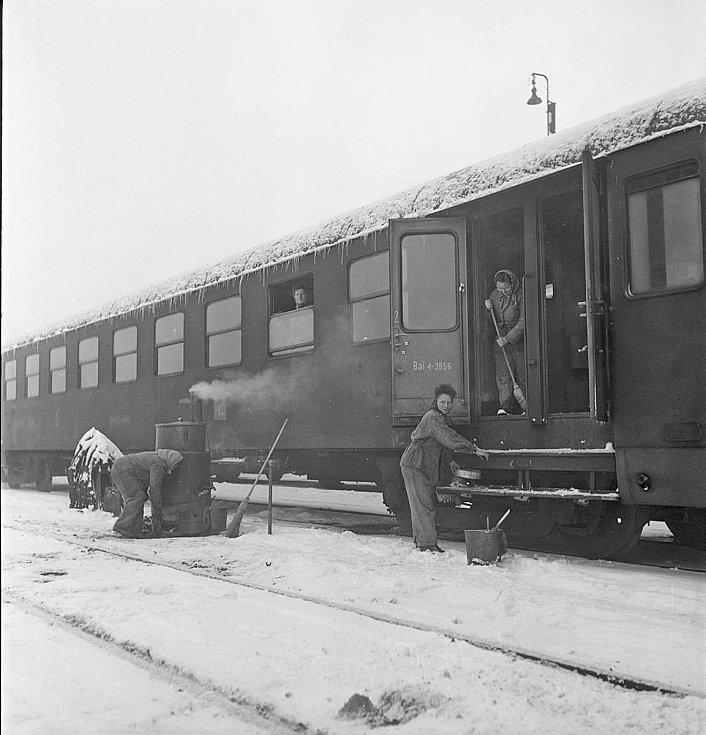 Úklid osobních železničních vagónů na hlavním děčínském nádraží. 60. léta 20. století