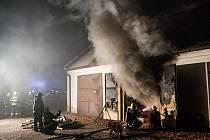 Hasiči zasahovali u výbuchu garáže.