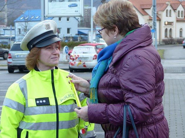 Policisté rozdávali v Děčíně reflexní pásky i vesty.