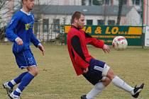Fotbalisté Jiskry Modrá (v červeném) prohráli 0:5 v Neštěmicích.