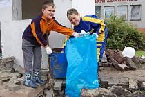 Do postižených oblastí vyjeli dobrovolníci, pomáhají lidem odstraňovat následky povodně.