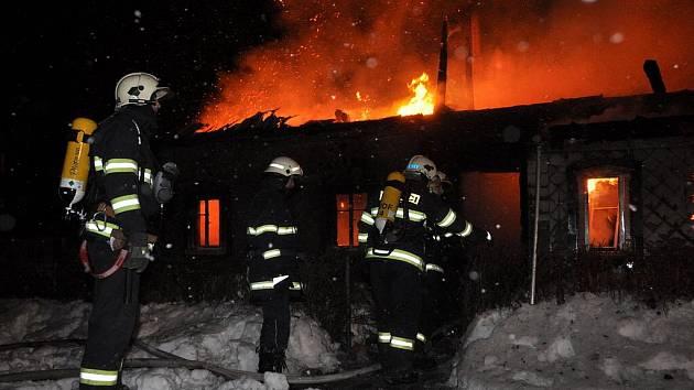 V Doubici hořela nízká budova.