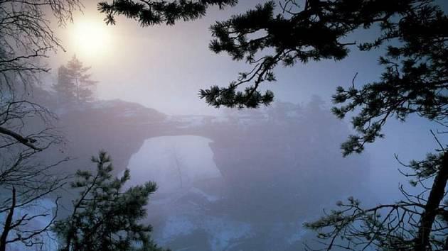 Unikátní pískovcový skalní most v Českém Švýcarsku se objevil v internetovém hlasování o sedm novodobých přírodních atraktivit planety, ale pro národní park ani účastníky ankety by to nebylo zadarmo. Proto se nominace oficiální podpory nedočká