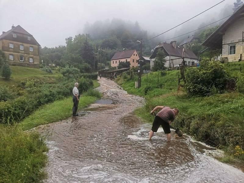 Proudy vody zasáhly také Dolní Žleb.