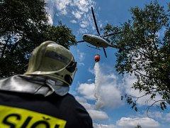 S hašením požáru na Malém Stožci pomáhal i vrtulník.