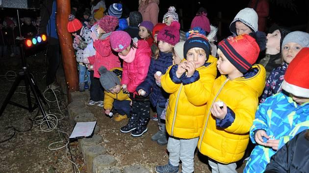 Ve školce v děčínské Riegrově ulici rozsvítili vánoční strom