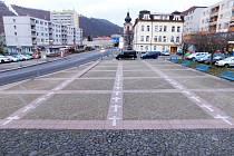 Na náměstí v Děčíně připomíná 25 křížů zemřelé na covid.