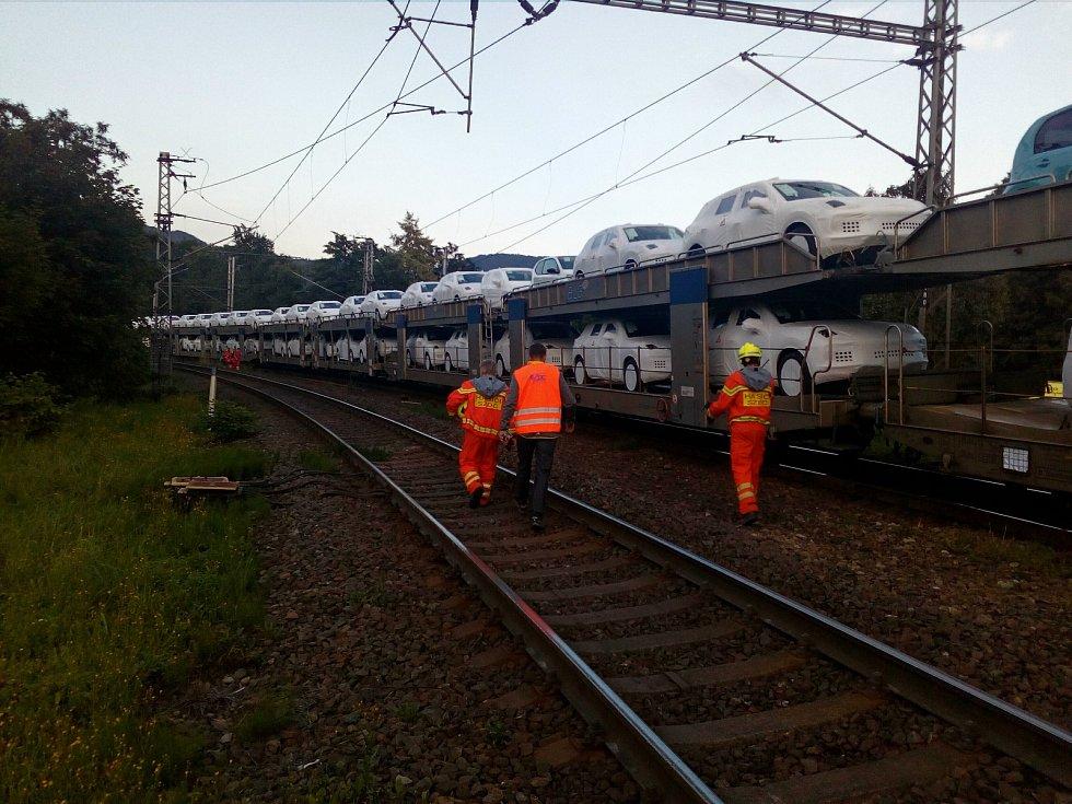 Na přejezdu v Březové ulici v Děčíně vlak srazil člověka.