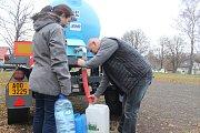 Pavel Sedláček z Filipova si musí pro vodu chodit do cisterny, jeho studna vyschla.