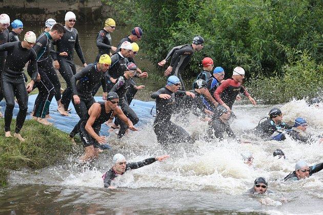 A ŠUP DO VODY! V roce 2009 takto hbitě naskákali do vody jednotliví závodnicí. Dále je také čeká jízda na kole a tradiční běh.