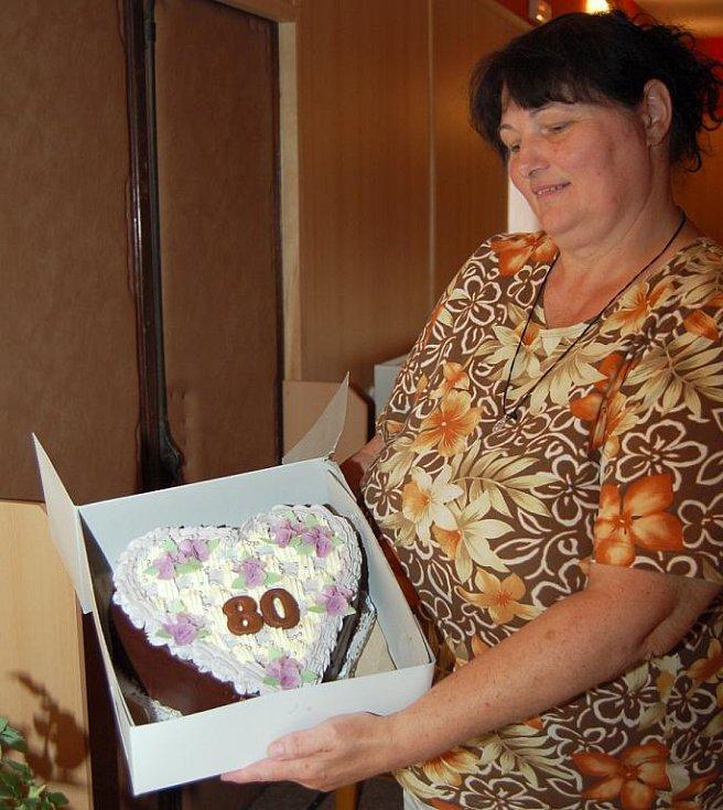 Pro Květu Fialovou byl přichystán i dort k jejím osmdesátinám, které oslaví v září.