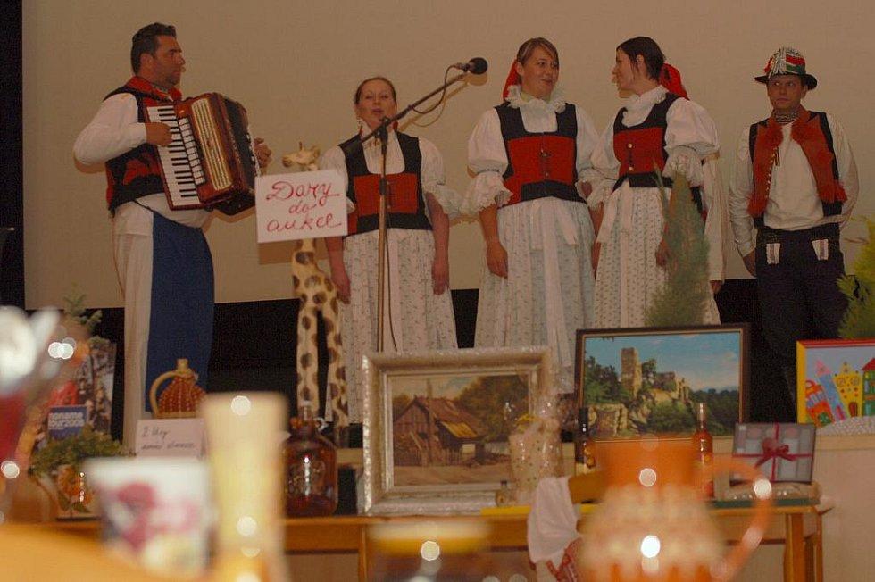 Celou dobročinou aukci zahájili členové z MPS Boršičané z Boršic u Blatnice v moravských krojích.