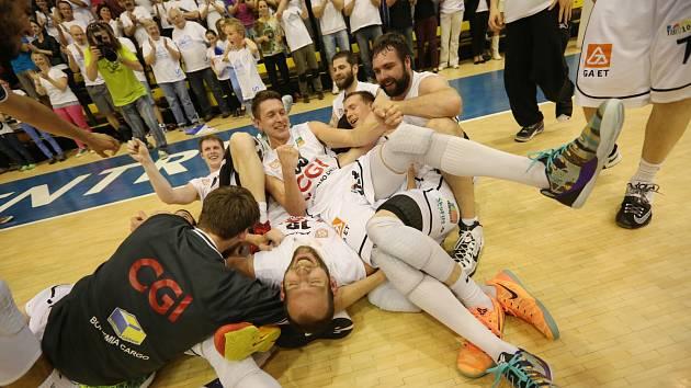 Takhle slavili děčínští basketbalisté postup do prvního finále v historii klubu. Finálové brány se jim otevřely po semifinálové bitvě s Prostějovem, kterou Válečníci vyhráli 3:2 na zápasy.