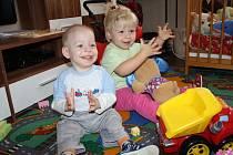 BOJOVNÍK. Dvouletý Tomášek si doma hraje se svou stejně starou sestřičkou Veronikou.Jsou dvojčata.