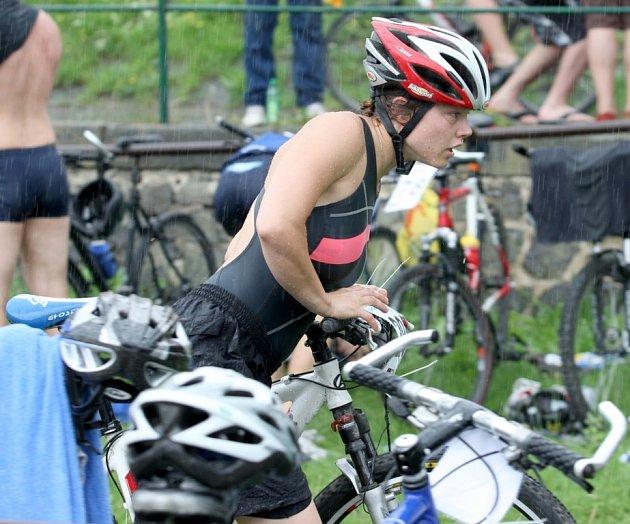 Triatlonového závodu Železný knedlík se zúčastnilo i několik žen.