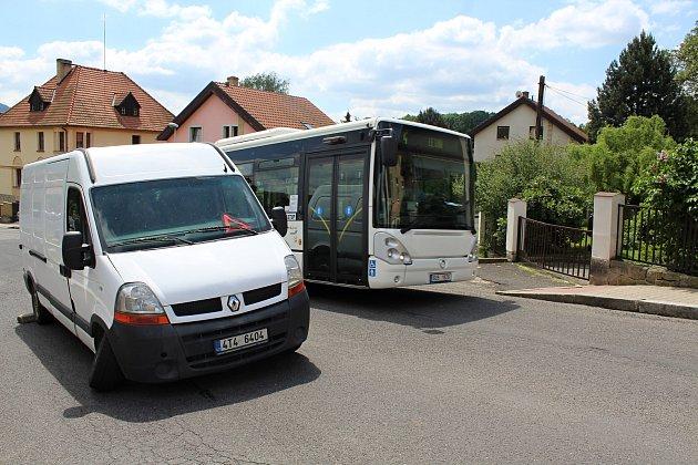 Slovanskou ulici vDěčíně na Letné blokuje několik dnů dodávka sulomeným kolem. Problémy to dělá především řidičům autobusů městské dopravy.