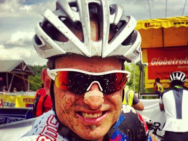 JAN NOVOTA se usmívá po dokončení jednoho z mnoha závodů.
