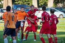0:4. Fotbalisté České Kamenice (červené dresy) doma prohráli s Jílovým 0:4.