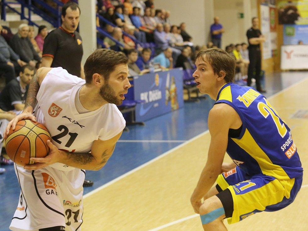 ČTVRTÉ LIGOVÉ DERBY mezi Děčínem a Ústím se hraje v pondělí od 18.00. Vlevo děčínský Pavel Bosák, vpravo ústecký Adam Žampach.