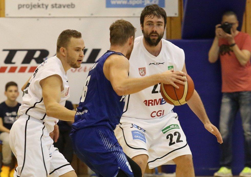 PARÁDA! Děčínští basketbalisté (bílé dresy) doma porazili Prostějov a v semifinále vedou 1:0!