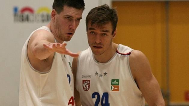 DALŠÍ VÍTĚZSTVÍ. Klint Carlson (vlevo) a Šimon Ježek při utkání proti USK Praha.