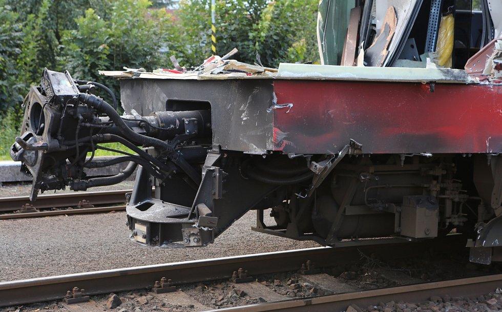Vlak, který se střetl v pondělí večer na přejezdu ve Šluknově s kamionem, odjel ve středu odpoledne ze šluknovského nádraží na opravu. Odtáhli ho do Děčína.
