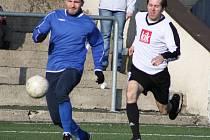 Fotbalisté SK Březiny (v bílém) prohráli se Skalicí 1:2.