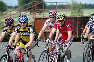 IVO JEŘÁBEK (ve žlutém, modrá helma)  zvítězil ve Výškově.