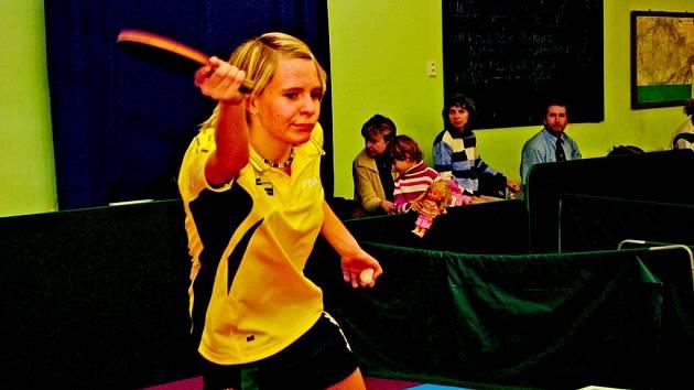 Mladá děčínská stolní tenistka Iva Meidlová podává v současné době výborné výkony a právem se může pyšnit tím, že patří do republikové špičky.