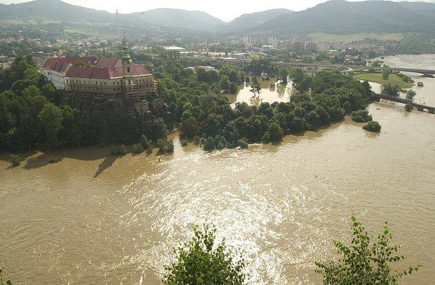 Povodeň 2002vDěčíně (pohled zPastýřské stěny).