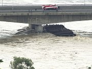 Při povodních se utrhlo pět lodí. Dvě z nich museli pyrotechnici  odstřelit. Na snímku je jedno z plavidel, které se zaseklo o pilíř Nového mostu v Děčíně. Jeho vrak po odstřelu nedostal z vody ani vyprošťovací tank a bylo nutné jej rozřezat.