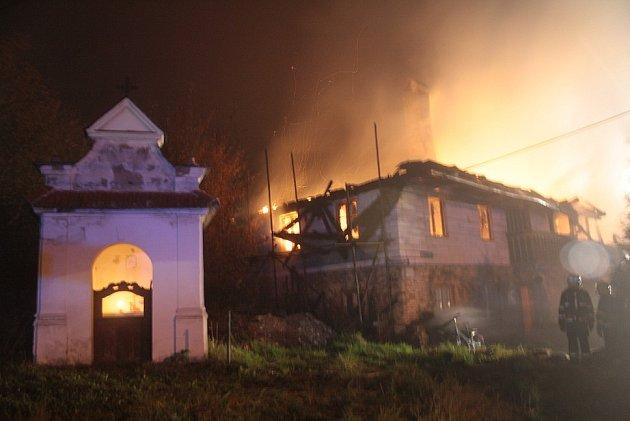 Ve Valkeřicích plameny zničily roubenku.