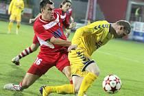 BRAVO! FK Varnsdorf vyhrál 1:0 v Jihlavě. Na snímku varnsdorfský kapitán Míra Hozda (v červeném).