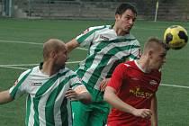 DOMA NA JAŘE NEPORAŽENI. Děčínský Junior (v červeném) doma porazil Libouchec 2:0.