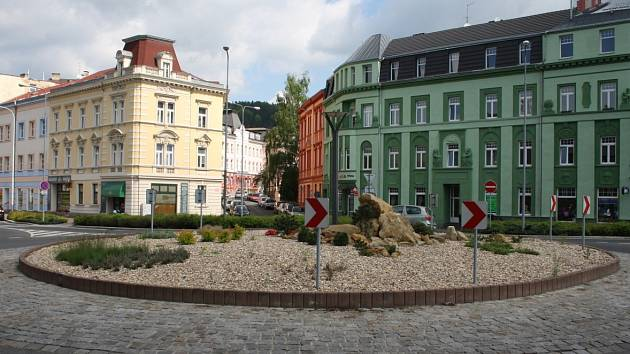 Kruhový objezd v místě, kde dříve bývala pošta.