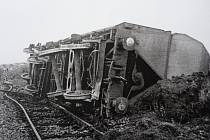 Po vlakové nehodě zůstaly na místě neštěstí převrácené vagony.