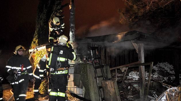 Požár chaty v ulici Myslivecká ve Varnsdorfu.