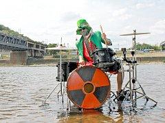 Bicí soupravu postavila kapela Toxic People na hladinu řeky Labe. Bubeník Pedro měl naštěstí k dispozici bubny vyrobené z plechu.
