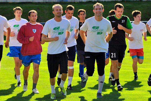 UŽ JSOU NA HŘIŠTI. Vilémov měl první trénink, který vedl nový trenér Michael Šimek.