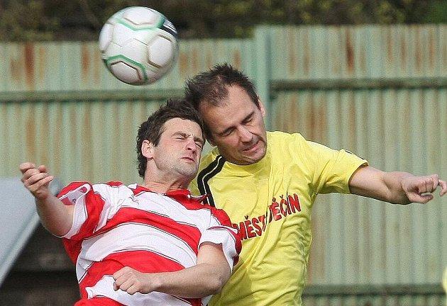 Podobnými hlavičkami se dvakrát prosadil Podolský (ve žlutém).