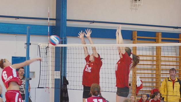 JUNIORKY SPARTAKU (v tmavě červené) doma dvakrát hladce porazily Ervěnice.