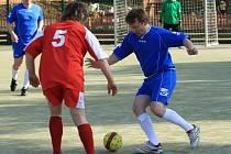REMÍZA. Ta se zrodila v utkání Rudé Hvězdy (červená) a futsalistů Noty (modrá).