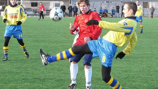 Fotbalisté Varnsdorfu (ve žlutém) prohráli se Sokolem Ovčáry 0:4.