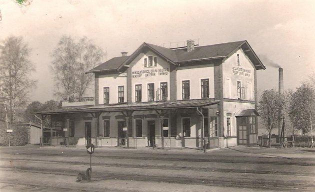 Mikulášovice dolní nádraží na historickém pohledu.