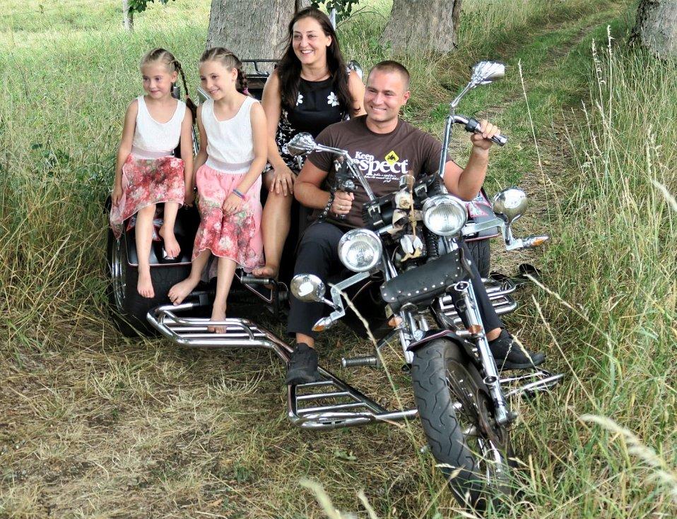 Zhruba před rokem se za Zdeňkem Matysem a jeho rodinou se rozjeli motorkáři do západočeského Nejdku, aby nafotili titulní stranu kalendáře pro rok 2020 Jednou stopou pro Zdeňka.
