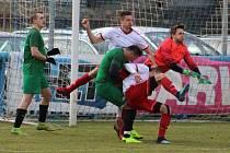 ZABOJOVALI. Fotbalisté Jílové (v bílém) doma získali proti Perštejnu bod.