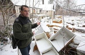 Muž z Krásné lípy na Děčínsku koupil chalupu i se skládkou starých lednic a teď nemá na likvidaci.