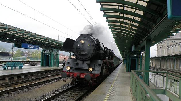 Parní vlak projíždí děčínským hlavním nádražím.