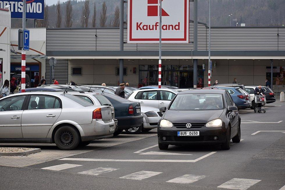 Poloprázdné parkoviště u děčínského Kauflandu.