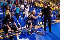JE KONEC! Basketbalisté Děčína (v modrém) prohráli v Opavě pátý zápas čtvrtfinále a sezóna pro ně skončila.